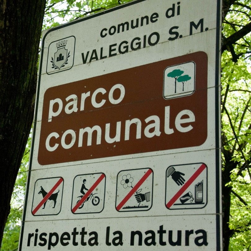 Warning sign in the park in Valeggio sul Mincio, Veneto, Italy