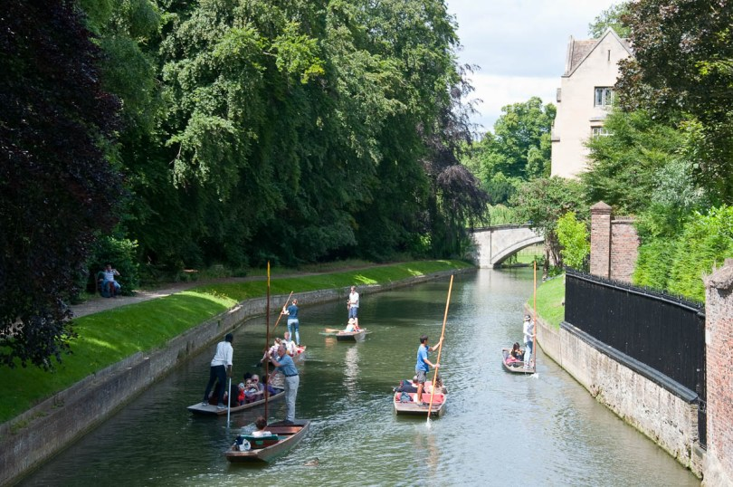 Punting on the river Cam, Cambridge, England - www.rossiwrites.com