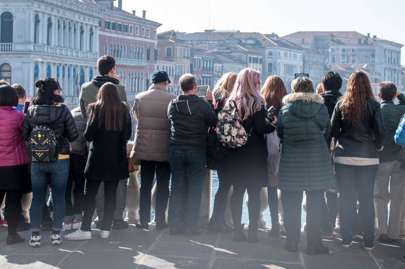 Tourists crowding on Rialto Bridge to take a selfie with the Grand Canal - Venice, Italy - www.rossiwrites.com