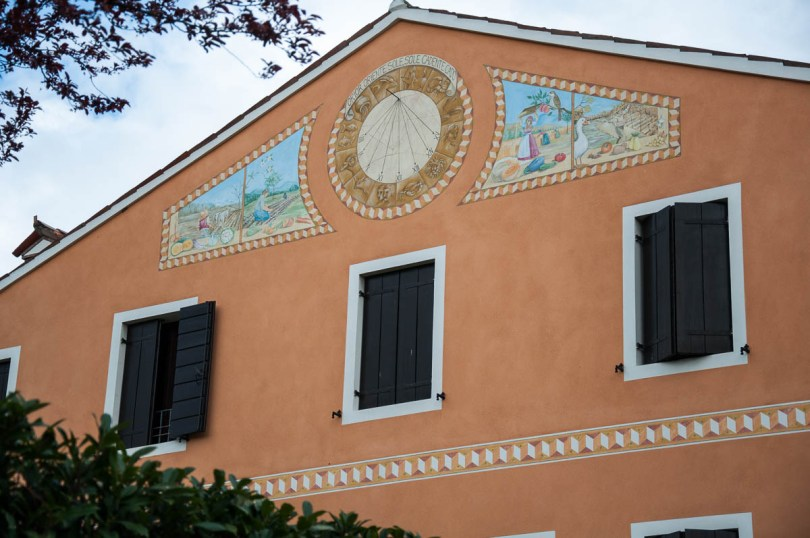 A house with a beautiful painted sundial - Noale, Veneto, Italy - www.rossiwrites.com