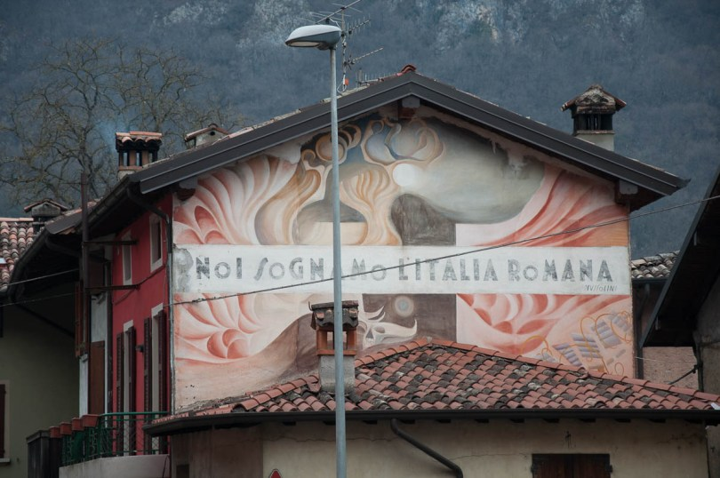 An old mural with a Mussolini's quote - Lavorone, Lombardy, Italy - www.rossiwrites.com