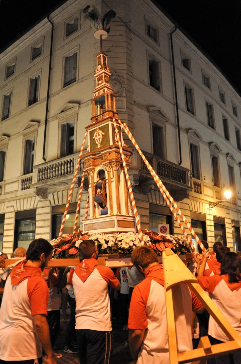 La Ruetta carried by Vicenza's youngsters during the historical procession Il Giro della Rua 2015 - Vicenza, Veneto, Italy - www.rossiwrites.com
