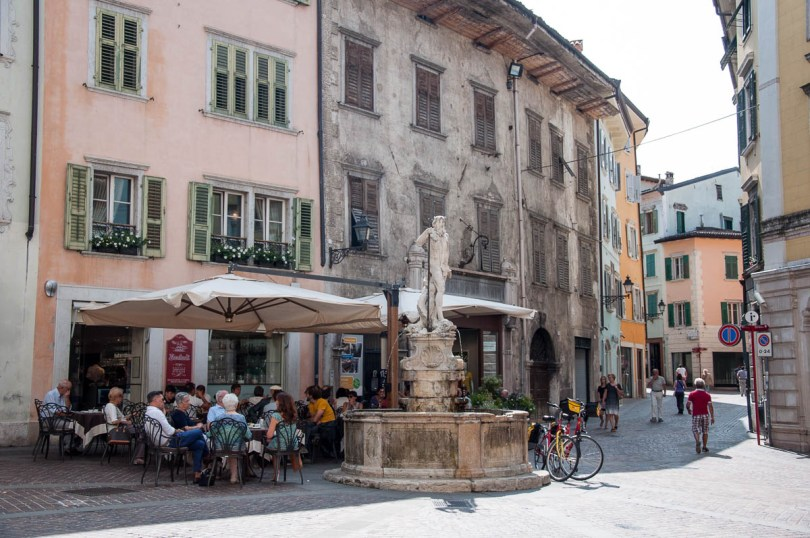 The Neptune fountain and the cafe Buontadi - Rovereto, Trentino, Italy - www.rossiwrites.com