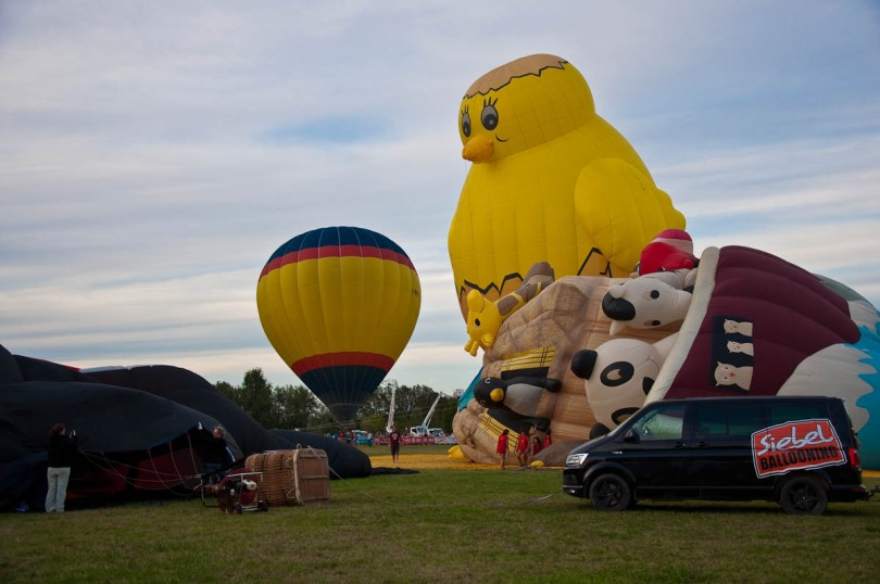 Getting the Orient Express and Noah's Ark balloons ready - Ferrara Balloons Festival 2016, Italy - www.rossiwrites.com