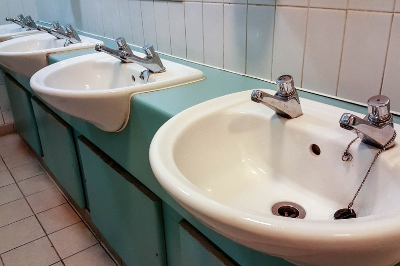 Sinks with separate taps for the cold and the hot water - England - www.rossiwrites.com