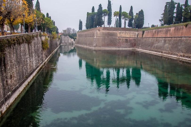 The defensive walls of Peschiera del Garda - Lake Garda, Italy - www.rossiwrites.com