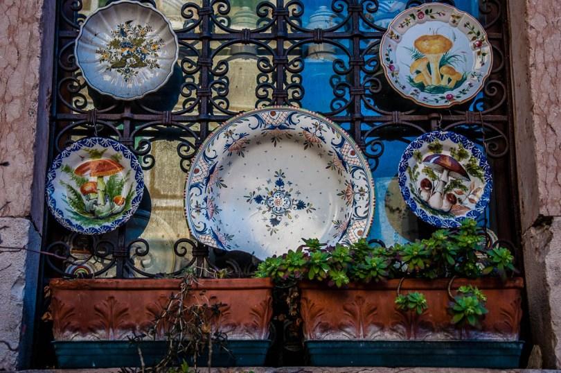 Colourful plates - Bassano del Grappa, Veneto, Italy - www.rossiwrites.com