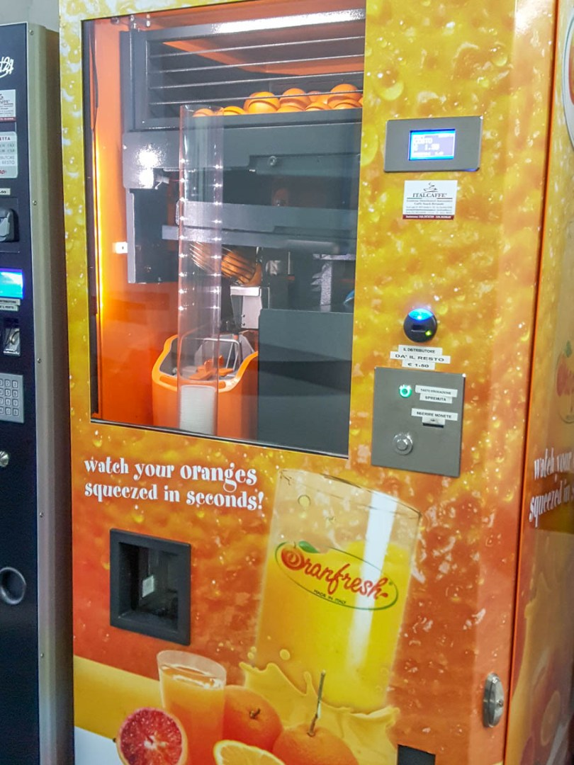 Fresh orange juice machine - Vicenza, Italy - www.rossiwrites.com