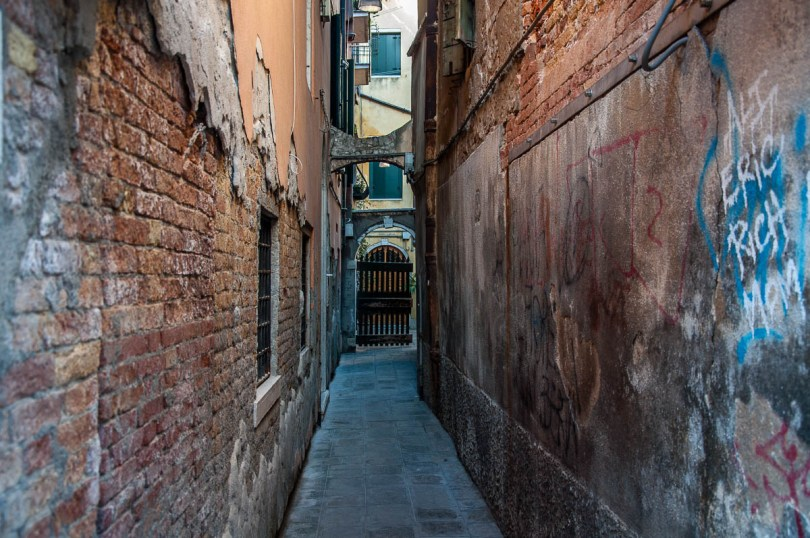 Narrow Venetian street - Venice, Veneto, Italy - www.rossiwrites.com