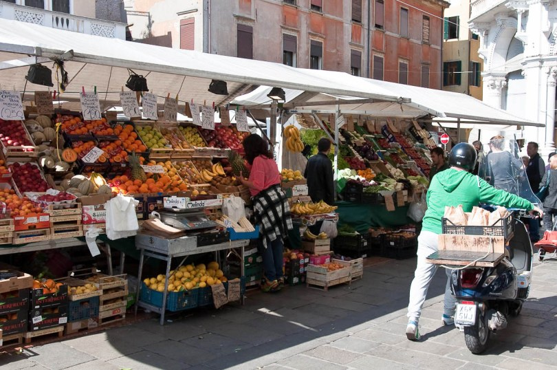 Shopping at the market - Padua, Italy - www.rossiwrites.com