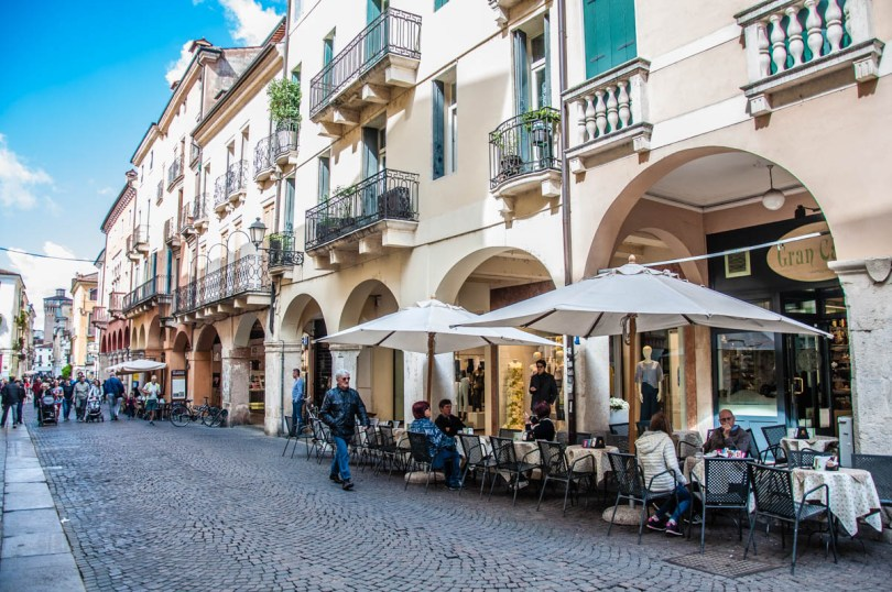Traditional Italian cafe with an alfresco sitting area - Vicenza, Italy - rossiwrites.com