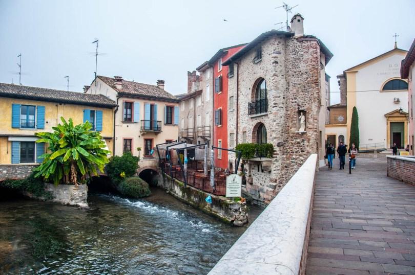 The hamlet seen from the bridge - Borghetto sul Mincio, Veneto, Italy - www.rossiwrites.com