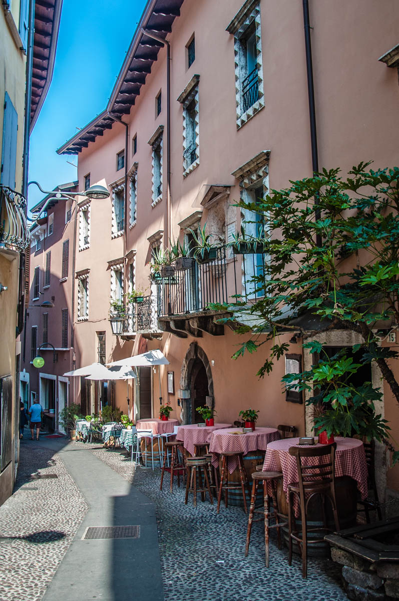 Picturesque curved street - Desenzano del Garda, Lombardy, Italy - rossiwrites.com
