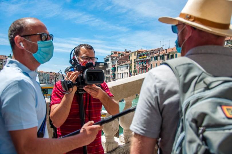Italian TV station interviewing passers-by on Rialto Bridge - Venice, Italy - rossiwrites.com