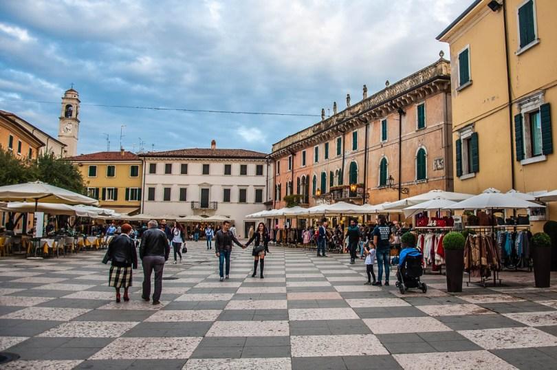 Piazza Vittorio Emanuele, Lazise - Veneto, Italy - rossiwrites.com
