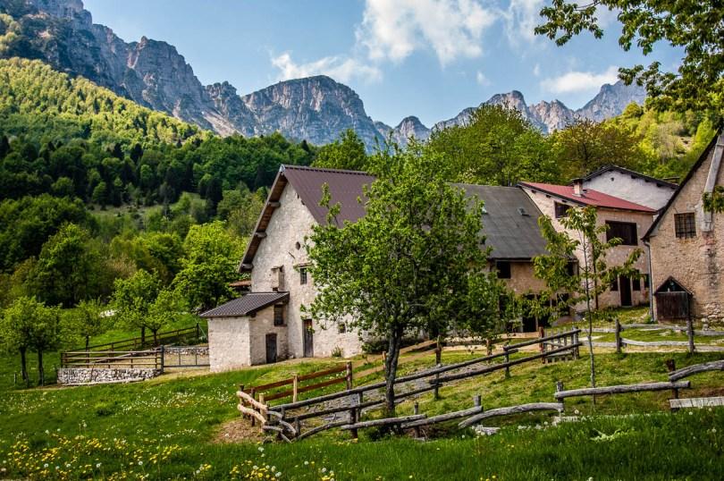 The houses in Casare Asnicar - Sentiero dei Grandi Alberi - Province of Vicenza, Veneto, Italy - rossiwrites.com
