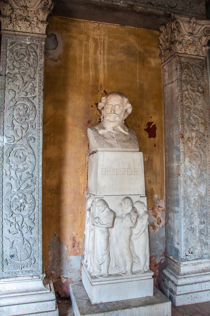 The bust of Shakespeare at Juliet's Tomb - Verona, Italy - rossiwrites.com