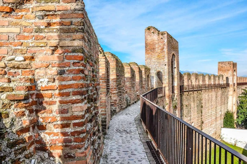 The Ronda Walkway on the medieval defensive wall - Cittadella, Italy - rossiwrites.com