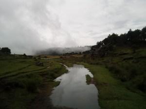 Mágica neblina bajando de la montaña