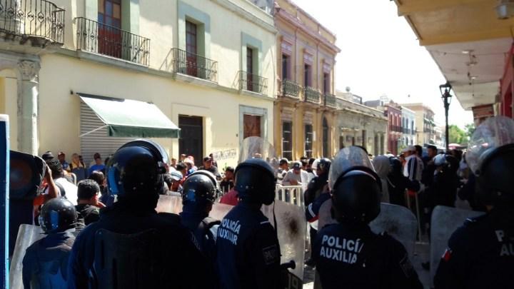 Sección 22 intentó boicotear la audiencia de Alejandro Murat; policías lo impidieron