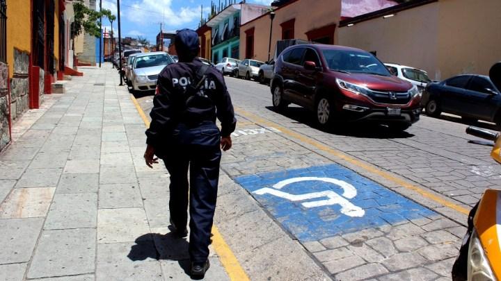 Gobierno capitalino exhorta a respetar espacios de estacionamiento para personas con discapacidad