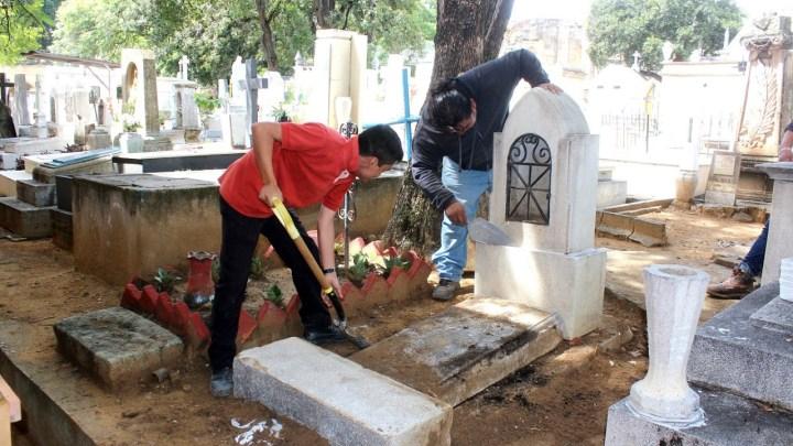 Abren panteones para que familias den mantenimiento a tumbas, en la capital oaxaqueña