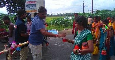 Rotaractors distribute refreshments to the pilgrims.
