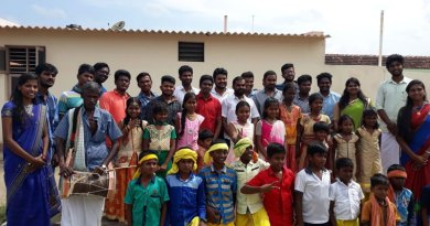 Rotaractors with the performers and children.