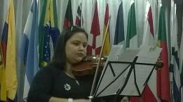 Professora Rayane Fortunato apresenta-se numa reunião do Rotary em apoio ao projeto Musica para Crianças em Coronel Pacheco.