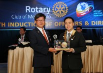 Pres. Popoy presents a token for the Rotary Club of Anseung East.