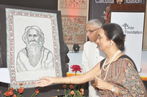 Shamlu Dudeja with former West Bengal Governor M K Narayanan, with a portrait of Rabindranath Tagore in Kantha.