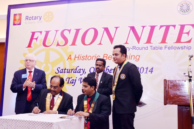 Rotary Round Table Fusion: DG Nazar and Tr. Shriram Duvurri signing the MoU in the presence of TRF Trustee Sushil Gupta, Assistant Governor Dr. A. Sangaram and Round Table National President Tr. Deepak Menda.