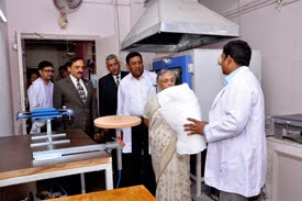 Mrs Sheila Dikshit visiting the renovated Artificial Limb Centre at the hospital.