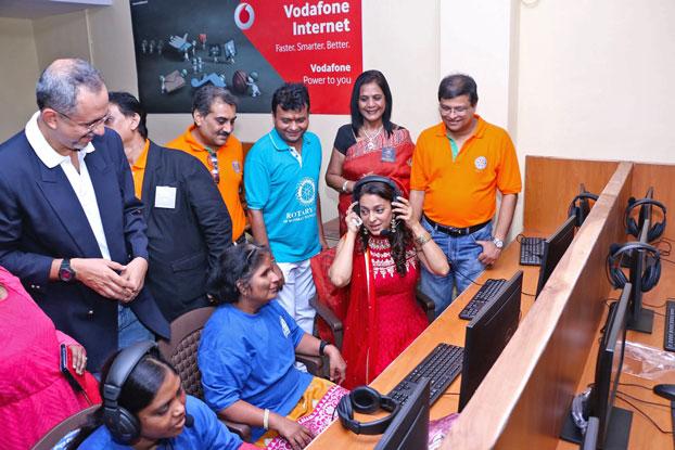 Juhi Chawla inaugurates the call centre.