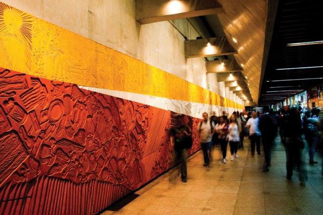 A panel by artist Maria Bonomi titled Epopeia Paulista connects metropolitan and subway trains at Estação da Luz.