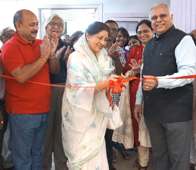 Rajmata of Baroda Shubhangini Devi inaugurating the Rotary Art Festival in the presence of RID Manoj Desai and Sharmishtha, DG Hitesh Jariwala and organiser Alok Desai (extreme left).