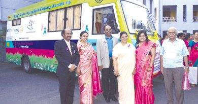 Padma Bhushan Sudha Ragunathan flanked by club President VGP Ravidas and DG Nazar along with other Rotarians.