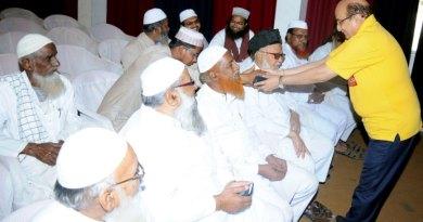 RFI Chair Ashok Mahajan honouring the Ulemas.