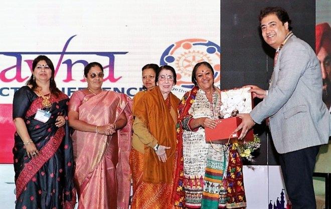 DG Raman Aneja presents a memento to Rotary News Editor Rasheeda Bhagat, in the presence of Usha Saboo, Manju Das, Vasanthi Theenachandran and Meenu Aneja, following a session on the importance of spouses in Rotary.