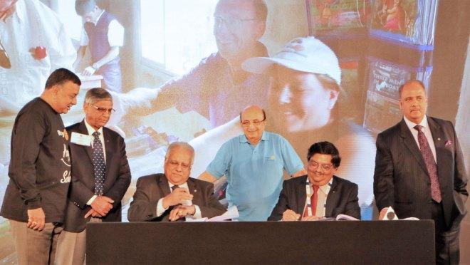 RID Manoj Desai and Ratnanidhi Charitable Trust Trustee Rajiv Mehta sign an MoU in the presence of Happy Schools Chair Ravi Vadlamani, PRIDs Y P Das, Ashok Mahajan and Shekhar Mehta.