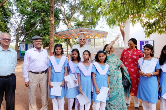 (From left) EMGA Ashok Panjwani, D 3262 DG Narayan Nayak, RID Manoj Desai, Sunanda Nayak and Sharmishtha Desai, along with the schoolgirls.