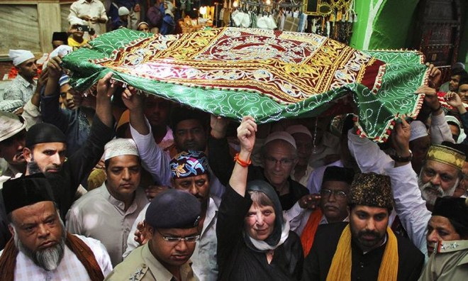 Devotees offer the chaadar during the Urs.