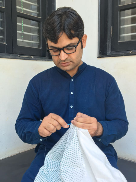 Abdul Jabbar Khatri tying the knots to design a bandhini fabric.