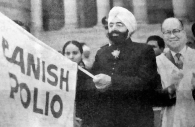 PRIP M A T Caparas applauds as President of India Giani Zail Singh flags off a walkathon in 1987 to raise funds and public awareness for PolioPlus. President Singh made a personal contribution of $1,000 to PRIP Caparas.