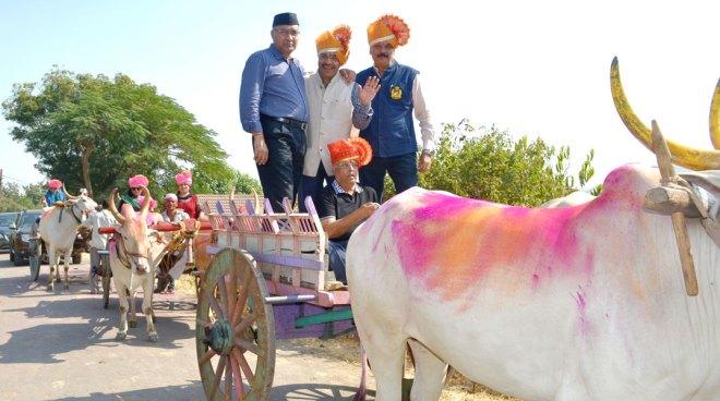 From left: Club Vice President Virendra Kedia, PDG Anil Agarwal, Pankaj Patel and Suresh Poddar on a bullock cart.