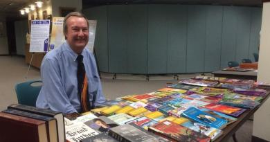 Lake Zurich Rotary Club President Joe Kulba prepares to give away books at the food pantry. Photo: Nancy Shepherdson