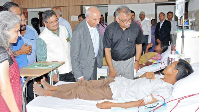 Tanker Foundation Founder Trustee Dr Georgi Abraham ­interacts with a patient while Fairfax Holdings Chairman Prem Watsa, IPDG Natarajan Nagoji and Tanker Foundation Trustee Latha ­Kumaraswamy look on.