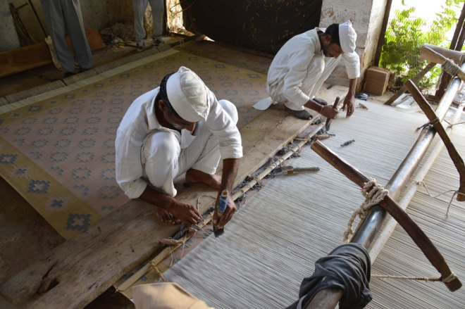 Detainees-at-Jaipur-central-jain-making-rug
