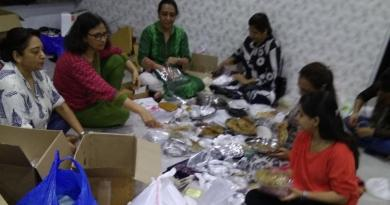 Members of Food Army sorting thepla packets at founder Rintu Rathod's house in Santacruz (West)on Wednesday. Photo: Hindustan Times
