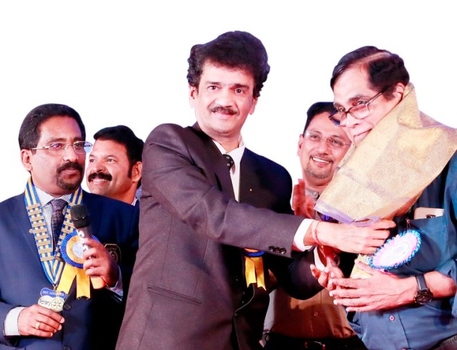 PDG Ulhas Kolhatkar felicitates AKS member Gangadhar Iyer.